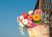 Bunte Blumen in ein hölzerner Eimer — Stockfoto
