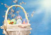 Kolorowy kosz wielkanocny wypełnione ręcznie malowane jaja — Zdjęcie stockowe