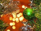 Zelená vánoční kouli s zlatý třpyt dekorace — Stock fotografie