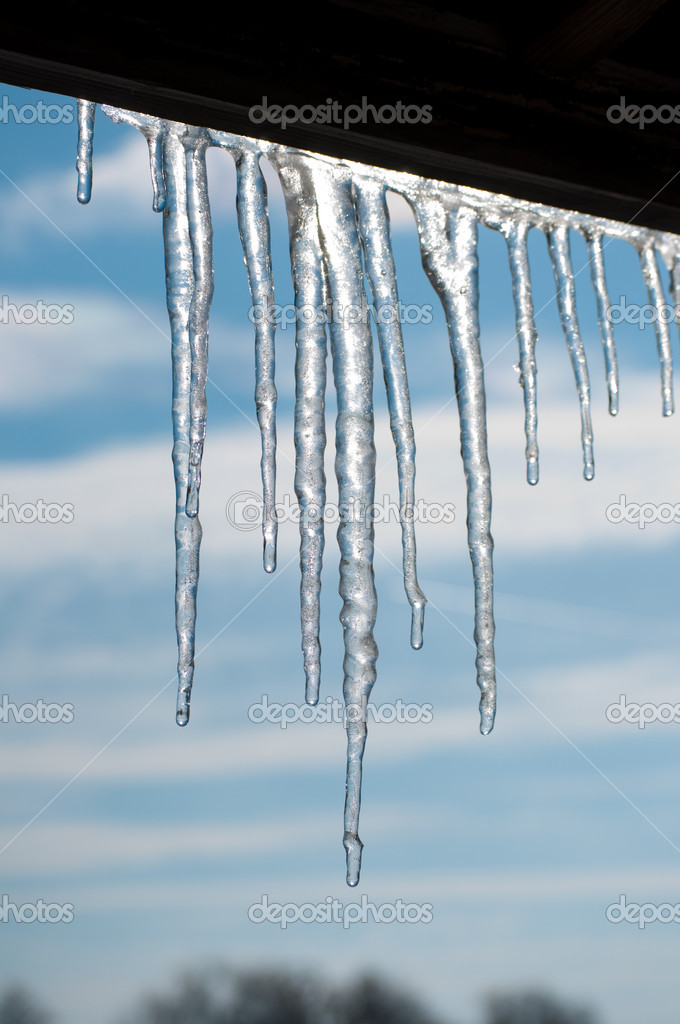 Gorgeous melting icicles against partly cloudy skies — Stock Photo #5565989