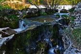 Calabaza closeupagua que fluye perezosamente entre las rocas en un río — Foto de Stock