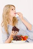 女人用水果碗 — 图库照片