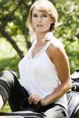 Jeune femme sur la moto — Photo