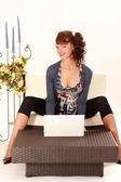 Mujer joven con el ordenador portátil — Foto de Stock
