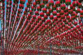 červené lucerny v buddhistickém chrámu pro oslavu narozenin buddhy — Stock fotografie