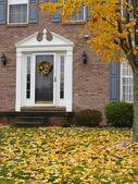 Uitnodigende huis in de herfst — Stockfoto