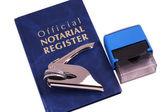 公证人注册纪录册 embosser 和邮票 — 图库照片