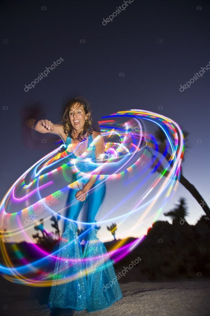 Hoop dancer performing with her LED illuminated hoop in the California desert, on a summer evening. — Stock Photo #5549610