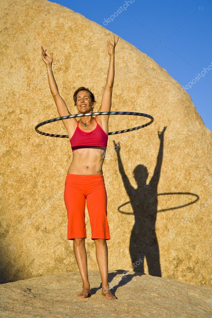 Hoop dancer performing in the California desert, on a summer afternoon. — Stock Photo #5549674