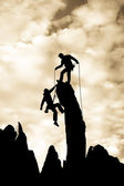 Equipo de escaladores en la cumbre. — Foto de Stock