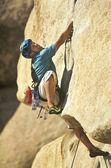 Horolezec na útesu. — Stock fotografie