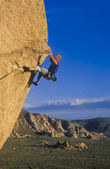 Klättrare fast vid en klippa. — Stockfoto