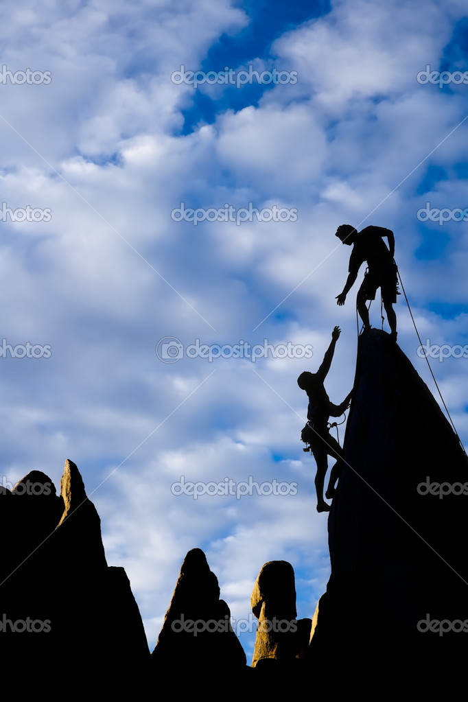 Team of climbers reaching the summit of a rock pinnacle in The Sierra Nevada Mountains, California.  Foto Stock #5941610