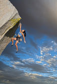 Rock climber clinging to a cliff. — Stock Photo
