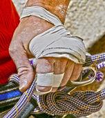 Mano di scalatori che stringe una corda. — Foto Stock