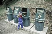 Petite fille recycle des bouteilles en plastique. — Photo