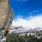 Klimmer klampt zich vast aan een klif. — Stockfoto