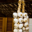 Garlics hanging - Stockfoto