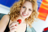 Young woman with strawberry near New car — Stock Photo