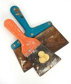 Oude gebruikte spattles met munten — Stockfoto