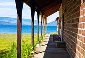 Výhled z terasy na jezero a hory — Stock fotografie