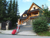 The tourist goes to a country house to Zakopane, Poland — Stock Photo