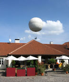 Ballon in de hemel over praag, tsjechië — Stockfoto