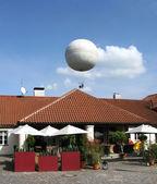 Ballon in den himmel über prag, tschechien — Stockfoto