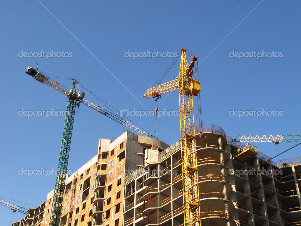 House building, the blue sky, the elevating crane — Stock Photo #5834209