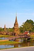 Antigo pagode em ayutthaya com lago vertical — Foto Stock