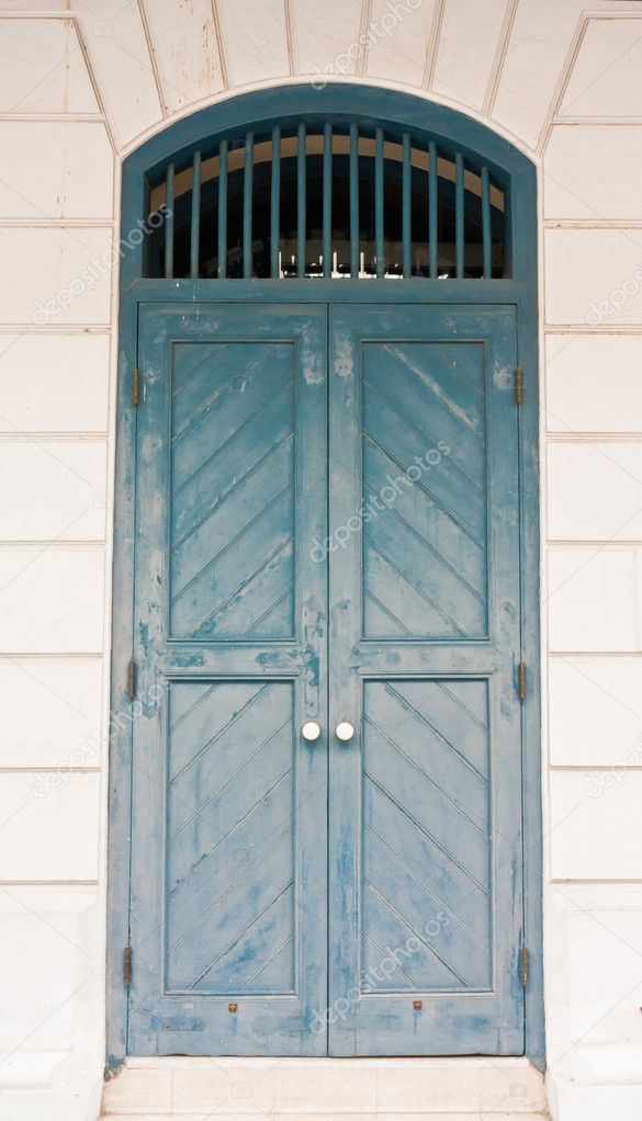 Closed Vintage green  Thai style door on white wall — Stock Photo #6379273