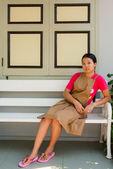 Jonge Thaise vrouw distraced op de farcade full body — Stockfoto