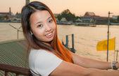 Giovane donna thai sorridere davanti al fiume — Foto Stock