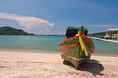 Wooden boat on the beach with blue sky from front — Stock Photo