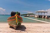 Dřevěná loď na pláži s dřevěným mostem — Stock fotografie