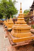 Goldene pagoden modell in zeile — Stockfoto