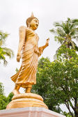Goldene buddha-statue zu fuß — Stockfoto