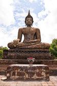 Ruiner la statue de bouddha vertical — Photo