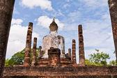 从后面的支柱之间佛雕像 — 图库照片