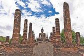 Statue de bouddha parmi les piliers globales — Photo