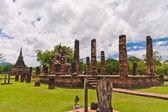 статуя будды среди столбов наклонена — Стоковое фото