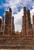 столпы руины древнего храма в сукхотай — Стоковое фото