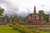 Overall of wat mahatat and lake in sukhothai — ストック写真