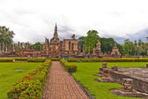 Overall of wat mahatat and walkway in sukhothai — Stock Photo