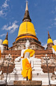 Buddha statue and ruin pagoda in Ayutthaya — Stock Photo