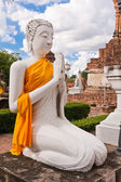 Praying Buddha statue from side — Stock Photo