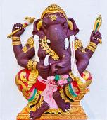 Ganesha púrpura con armas en pared blanca — Foto de Stock