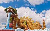Estátua de dragão dourado da frente — Foto Stock