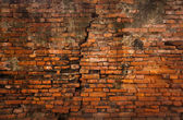 Cracked dirty brick wall vertical — Stock Photo