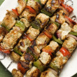 brochettes au barbecue sur une plaque — Photo
